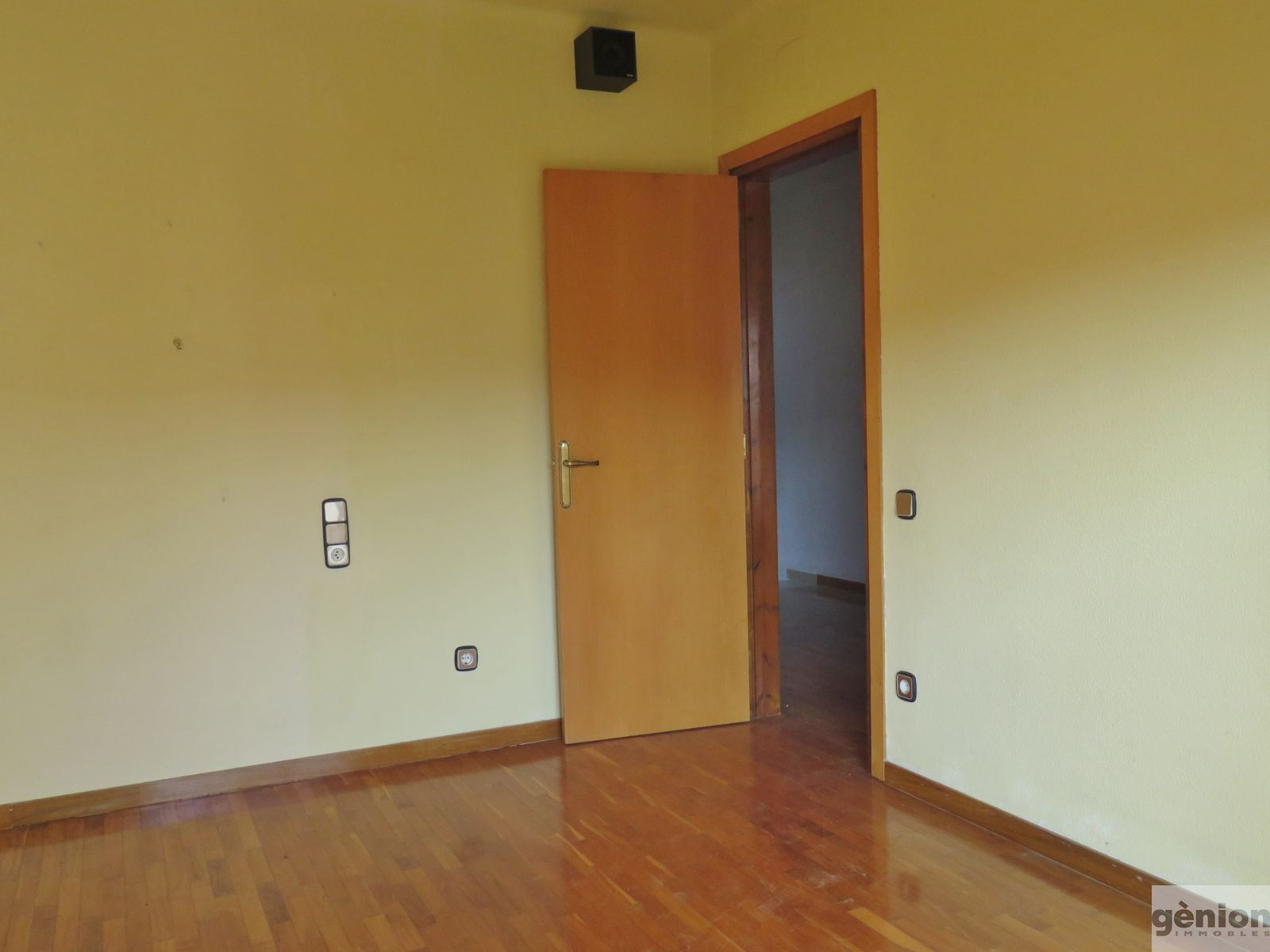 CASA APARELLADA A QUART, ENMIG DEL POBLE. 150M² CONSTRUÏTS I PARCEL.LA DE 301M²