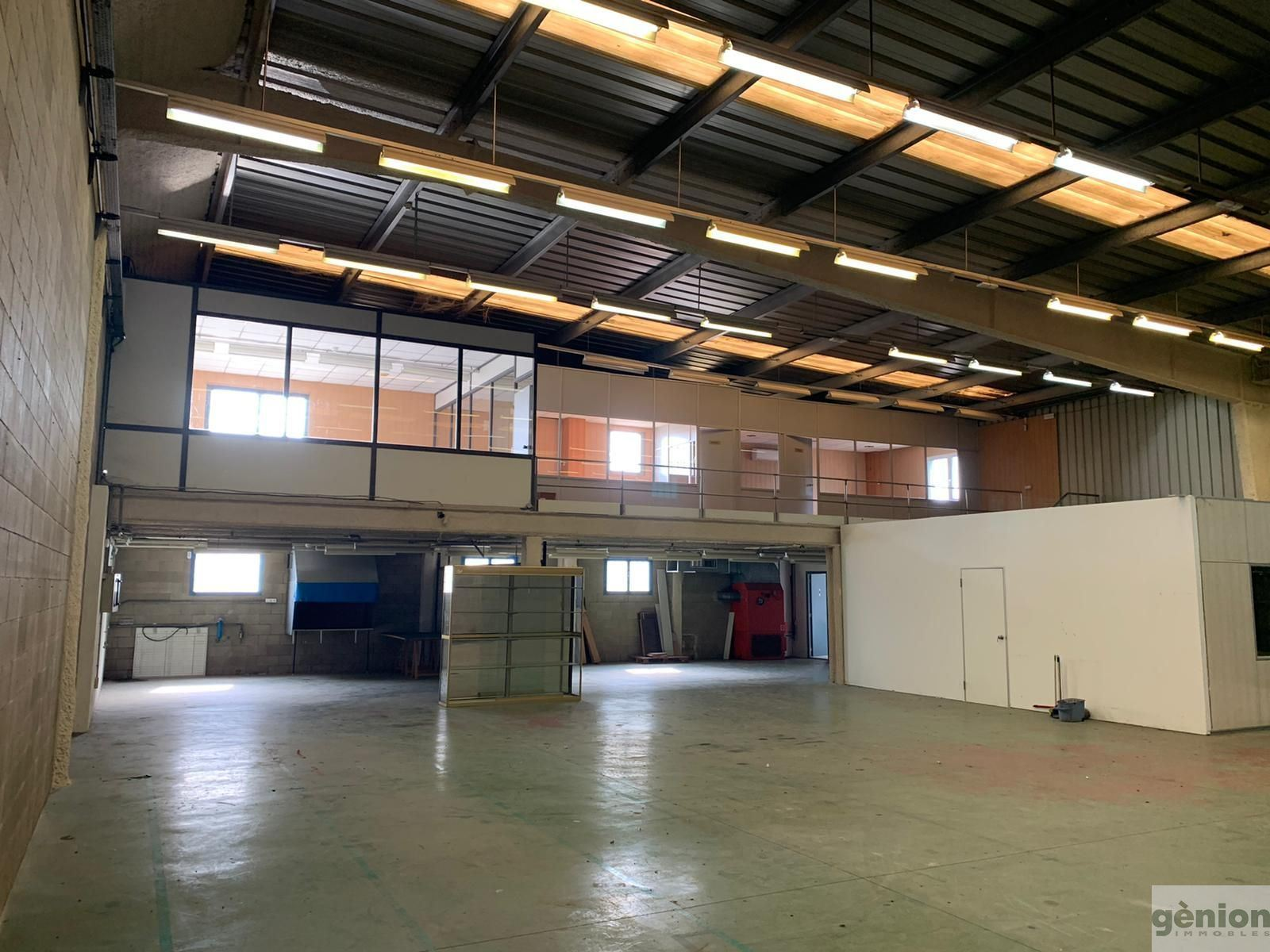 489 M² INDUSTRIAL BUILDING TO LEASE IN VILABLAREIX, NEXT TO GIRONA