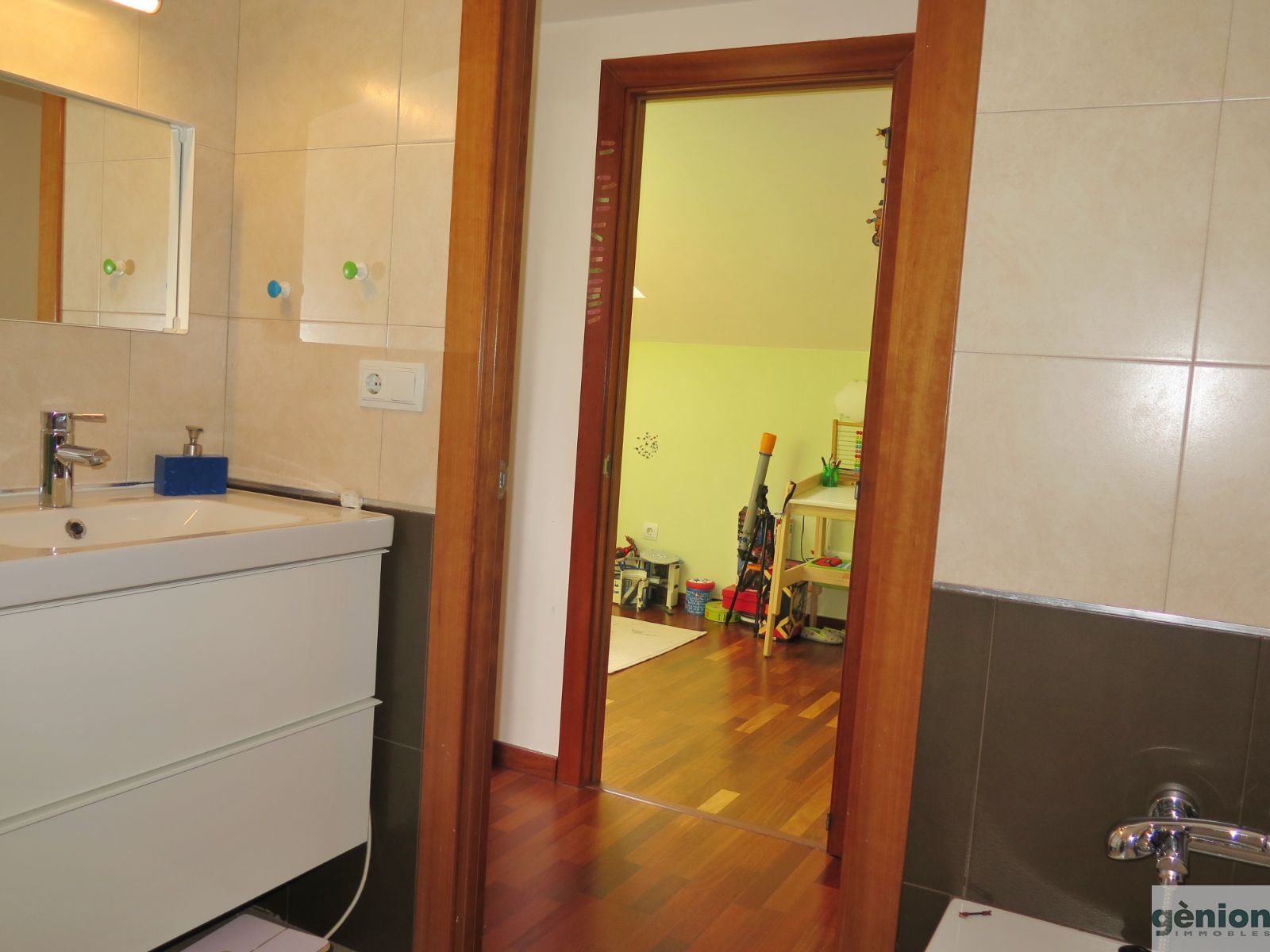 TWO-STOREY APARTMENT WITH 3 BEDROOMS AND 2 BATHROOMS IN GIRONA CITY CENTRE. OPTIONAL PARKING PLACE