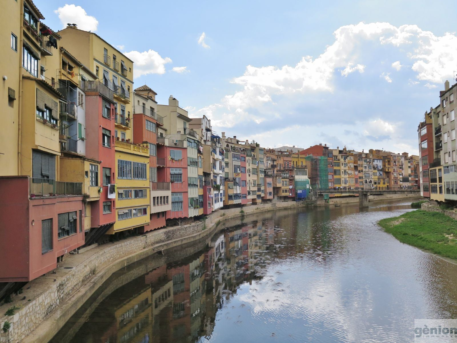 LOFT APARTMENT IN THE HEART OF GIRONA'S BARRI VELL (OLD QUARTER). FAÇADE ON STREET AND WITH GALLERY OVERLOOKING THE ONYAR RIVER