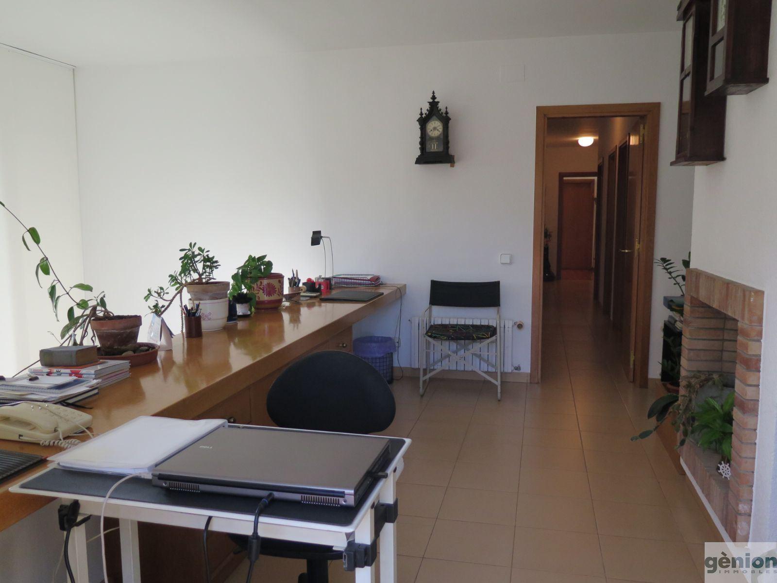 CASA GRANDE EN GIRONA, MONTJUÏC. 368M² CONSTRUIDOS Y PARCELA DE 956M²