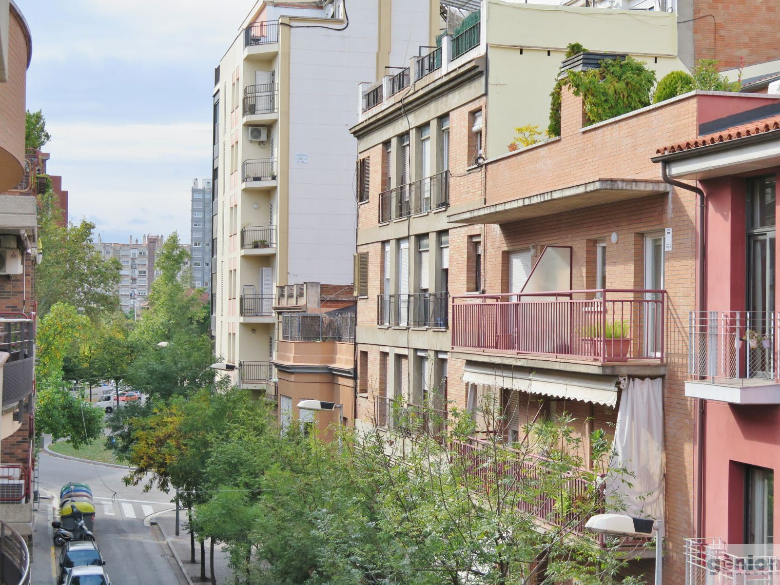 TOP-FLOOR 2-STOREY APARTMENT IN GIRONA CITY CENTRE. 3 BEDROOMS AND OPTIONAL PARKING SPACE