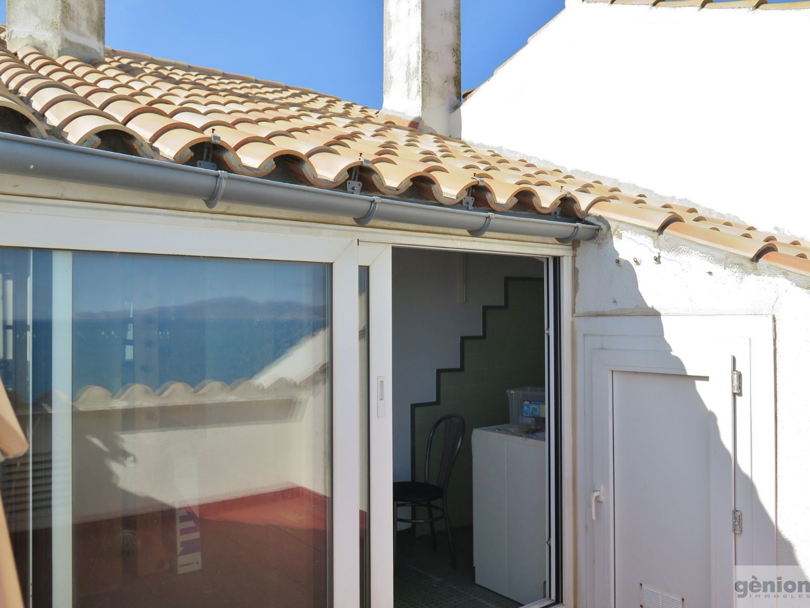 TWO-STOREY ATTIC APARTMENT ON THE SEAFRONT IN L'ESCALA: 281 M² LIVING AREA, PARKING SPACE AND STORAGE ROOM