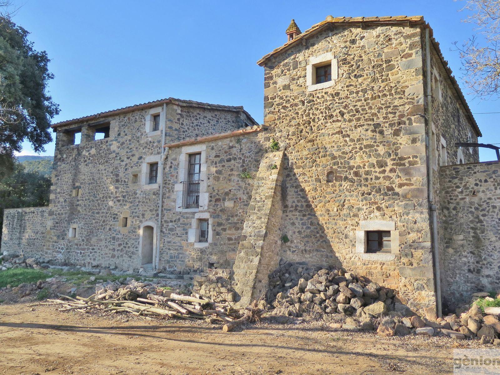 MASIA EN CANET D'ADRI, GIRONÈS. 900M² CONSTRUIDOS Y 14HA DE TERRENO