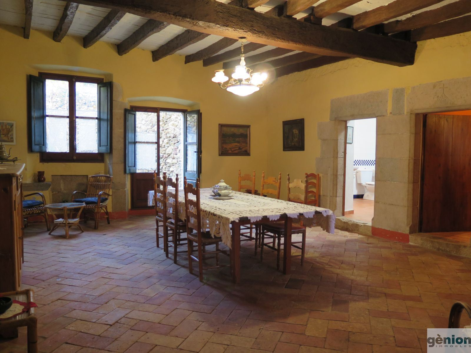 STONE HOUSE IN THE OLD QUARTER OF CELRÀ (GIRONÈS). GROSS FLOOR AREA OF 710 M² AND 105 M² PATIO