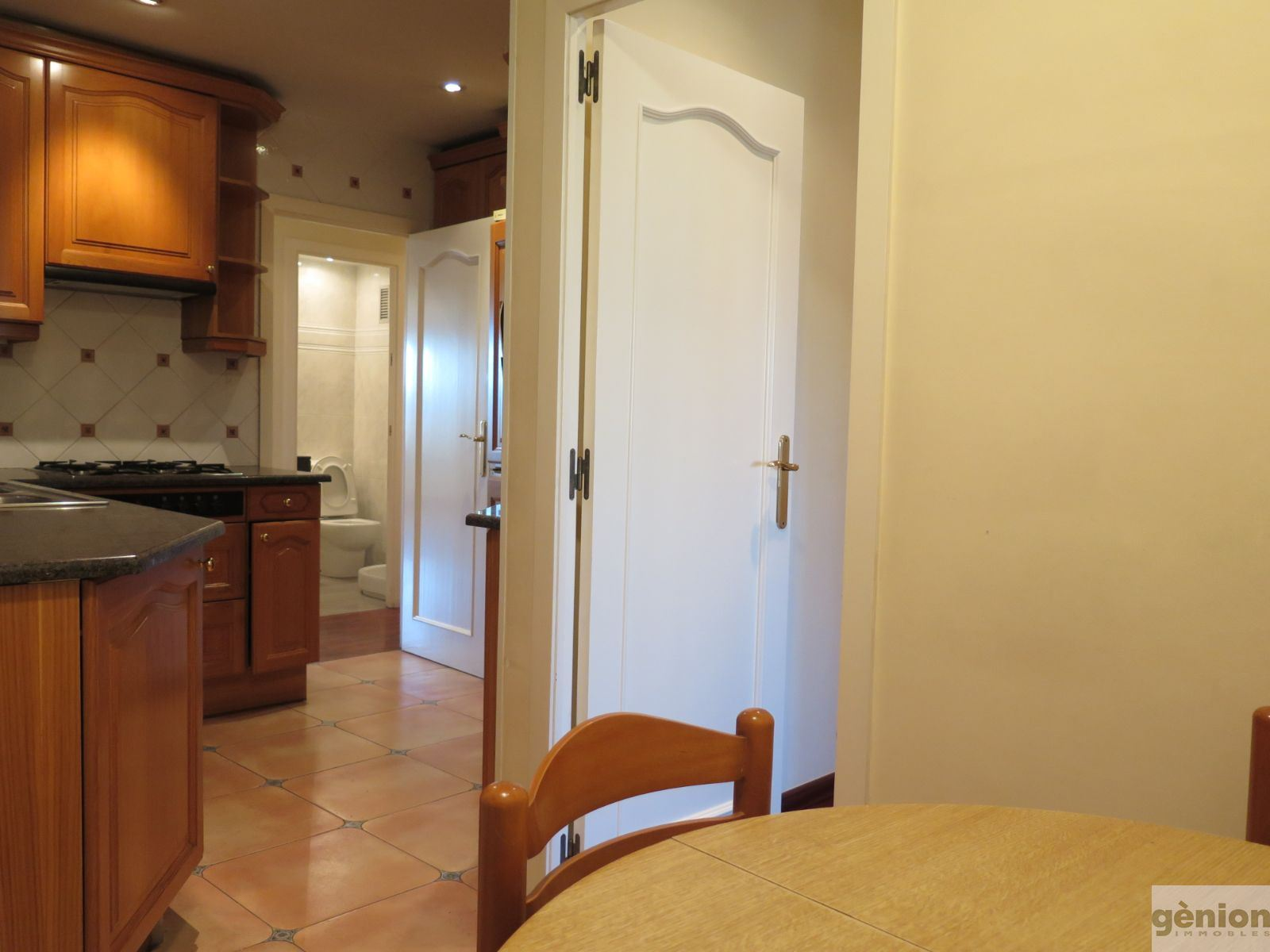TOP-FLOOR APARTMENT IN GIRONA'S EIXAMPLE DISTRICT. SOUTH ORIENTATION, 4 BEDROOMS, PARKING PLACE INCLUDED