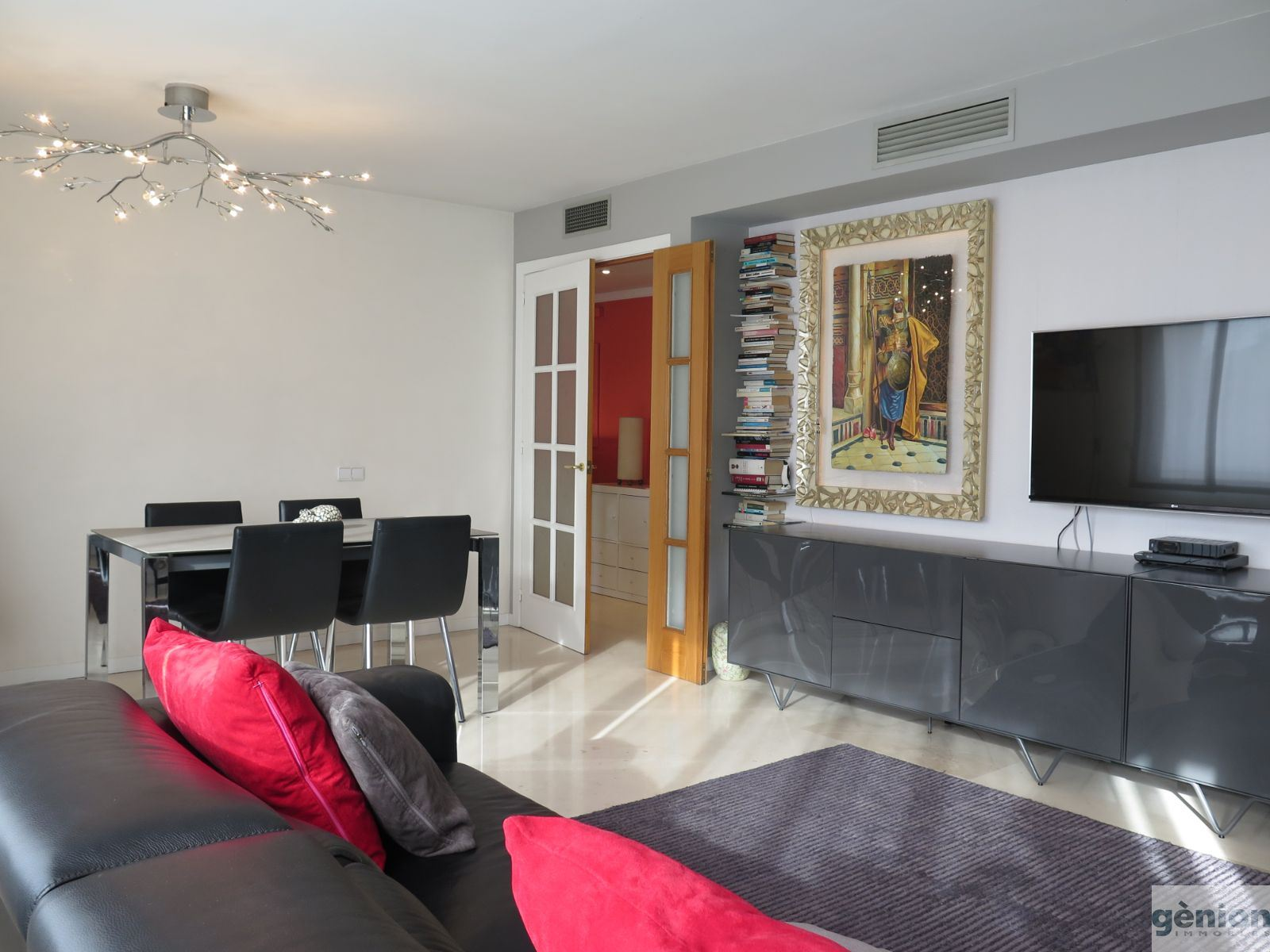 FOUR-BEDROOM APARTMENT WITH SOUTH ORIENTATION IN THE HEART OF GIRONA'S EIXAMPLE DISTRICT