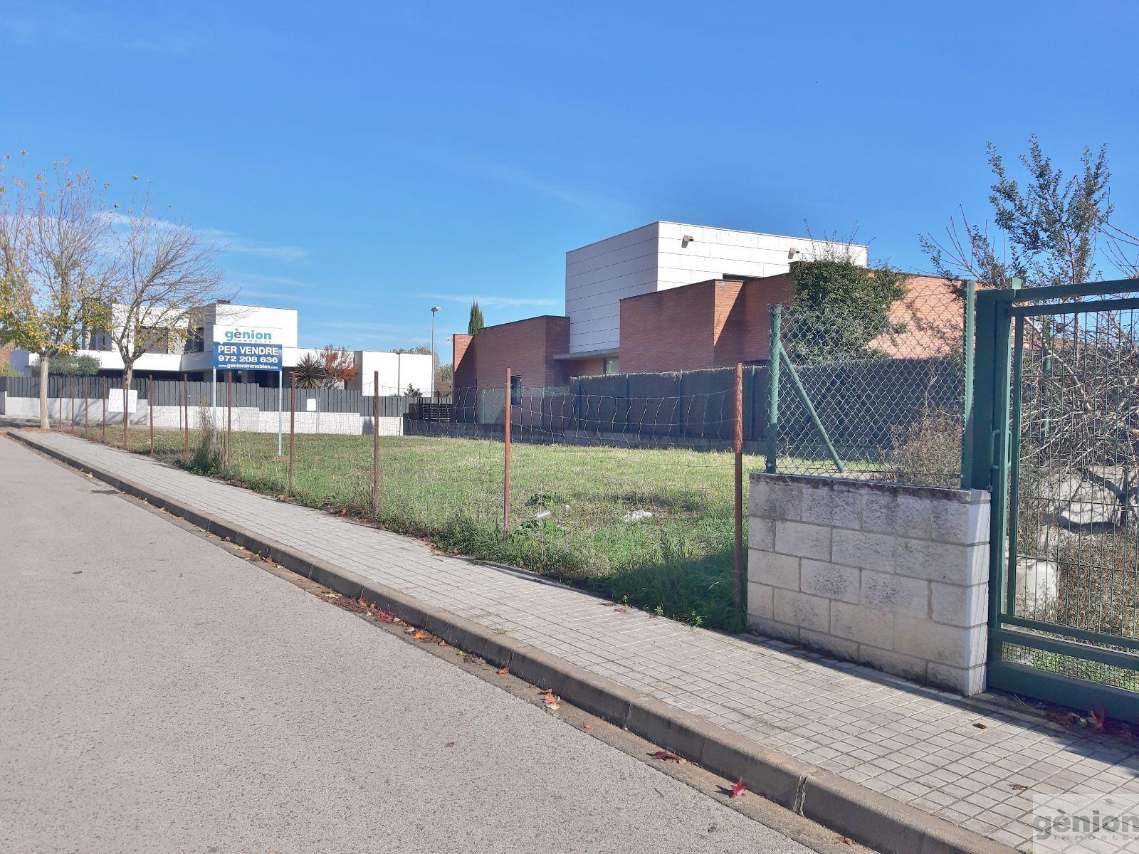 PARCELA ESQUINERA DE 374M² EN PORQUERES, ZONA DEPORTIVA DE MIÀNEGUES