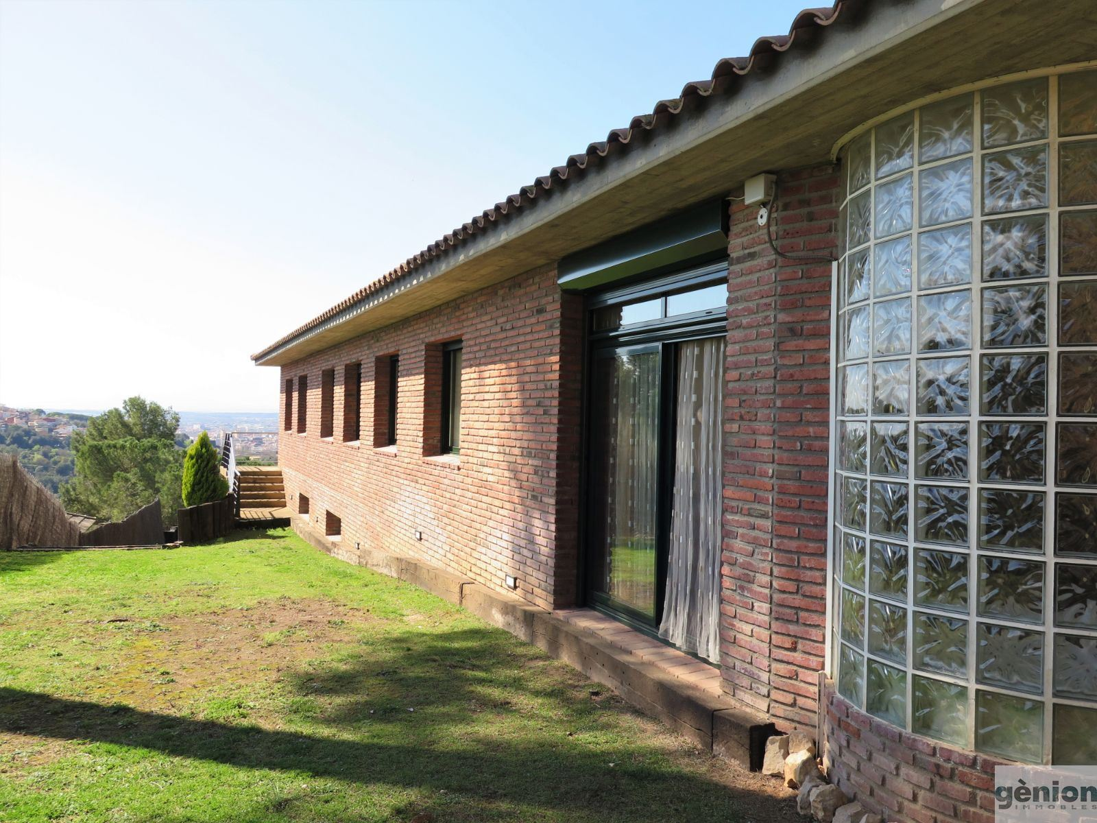 LUXURY HOUSE IN GIRONA'S MONTJUÏC DISTRICT. LIVING AREA OF 375 M², SUN AND VIEWS